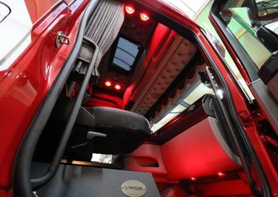 Rood verlicht cabine vrachtwagen spots le