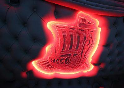 Verlicht logo achterwand cabine